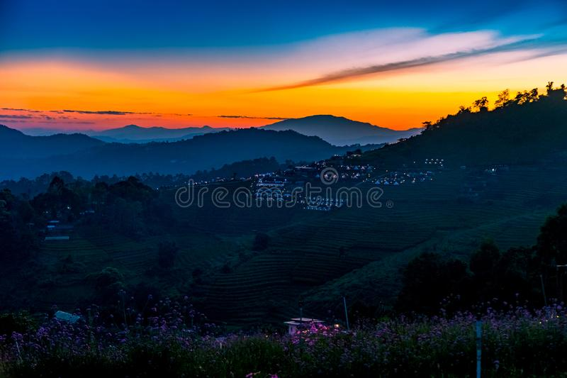 美好的日落一个平静的风景风景与野营在星期一果酱,清迈,泰国的手段的 免版税库存照片