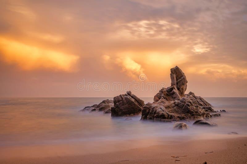 美好的日落光在西班牙的布拉瓦海岸,在镇帕拉莫斯附近,长的曝光图片 免版税库存图片