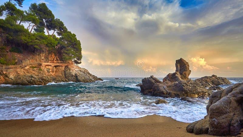 美好的日落光在西班牙的布拉瓦海岸,在镇帕拉莫斯附近 免版税库存照片