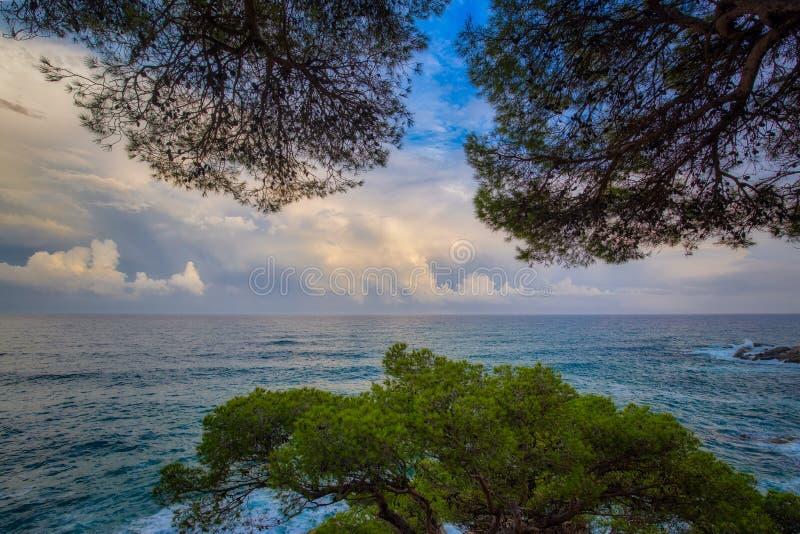 美好的日落光在西班牙的布拉瓦海岸,在镇帕拉莫斯附近 免版税库存图片