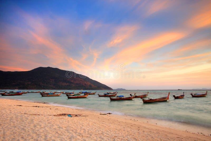 美好的日落和地方渔船在海边在Lipe海岛 库存照片