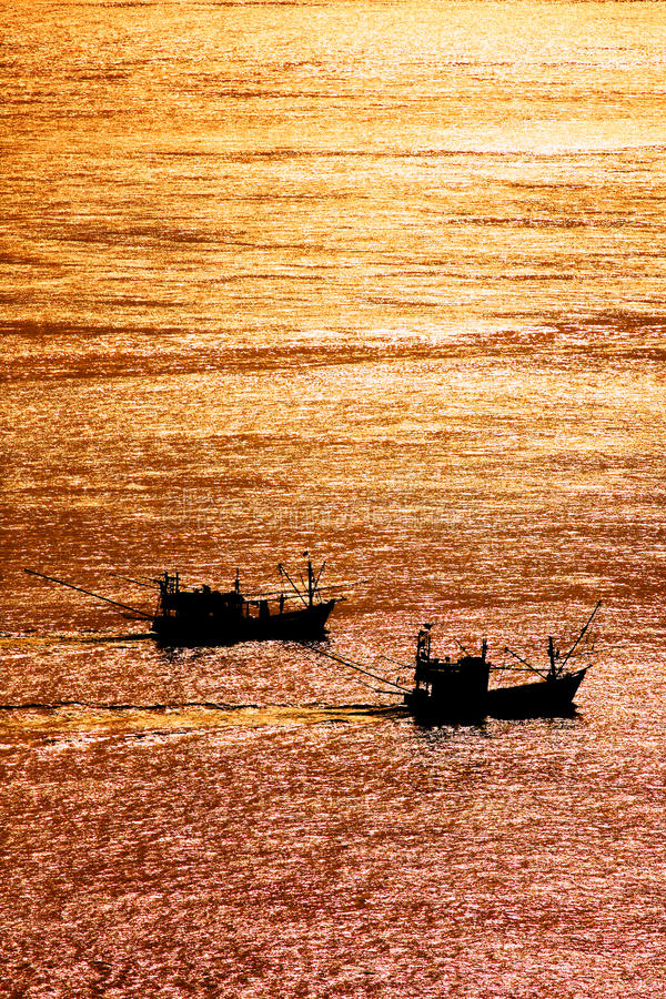 美好的日落和地方渔船在海Lipe海岛的,安达曼海, Satun,泰国 图库摄影