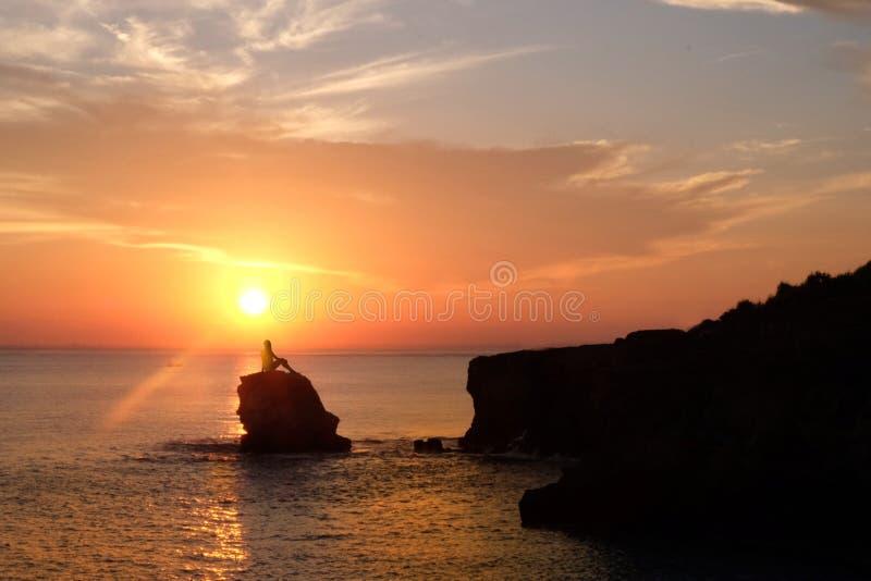 美好的日落和好的看法在海滩在巴厘岛,印度尼西亚 免版税库存照片