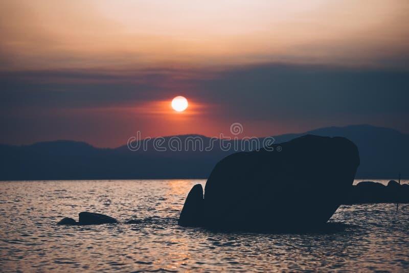 美好的日落在太浩湖,加州的7月 免版税库存图片