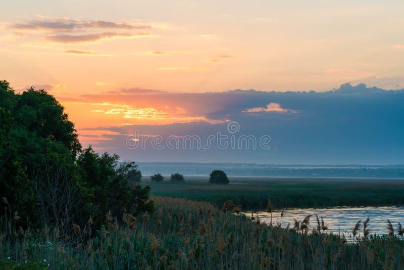 美好的日落在村庄 免版税库存照片