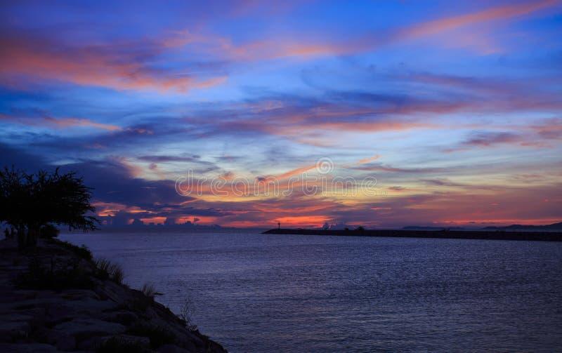 美好的日落在热带海 库存图片