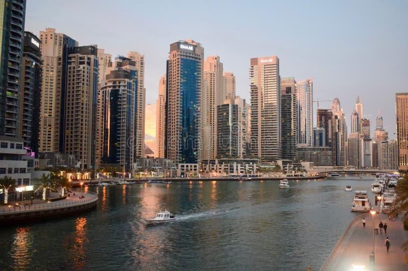 美好的日落在迪拜小游艇船坞阿拉伯联合酋长国 免版税库存照片