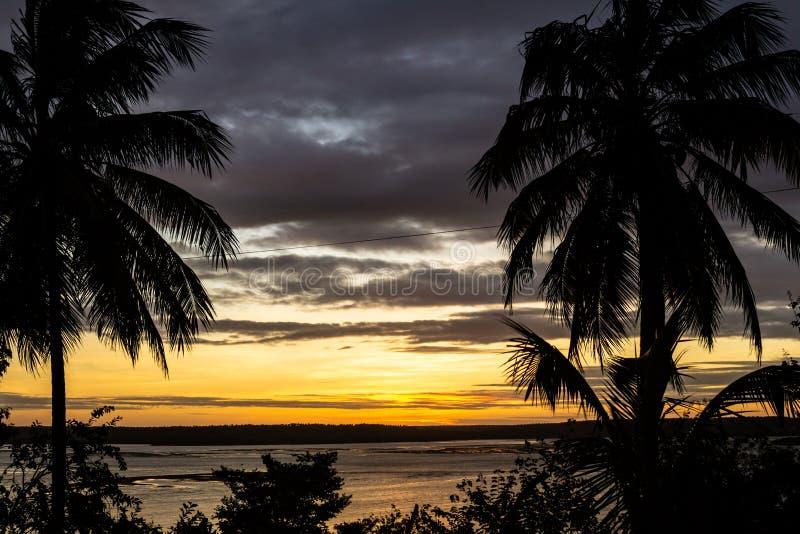 美好的日落在Tibau做南水道 在反射在湖的小山后的太阳落山金黄光 库存图片