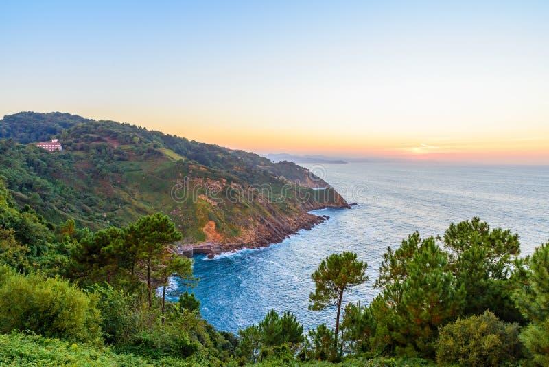 美好的日落海景在圣・萨巴斯蒂安或Donostia,西班牙 库存图片