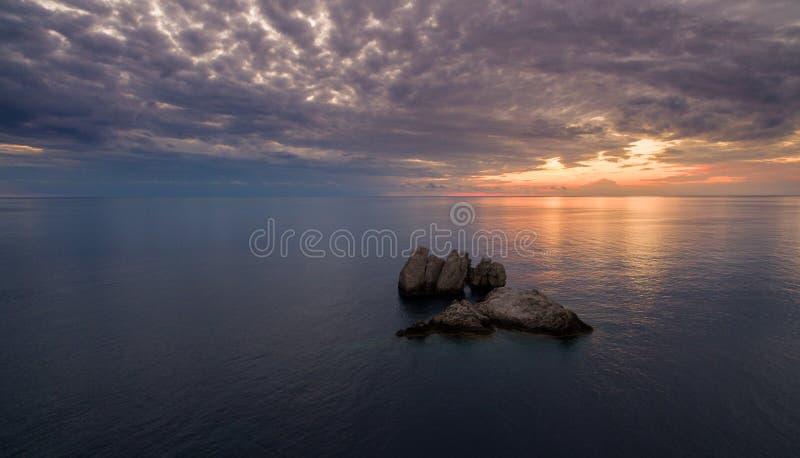 美好的日落的寄生虫空中射击在中央科孚岛希腊海岸的  库存照片