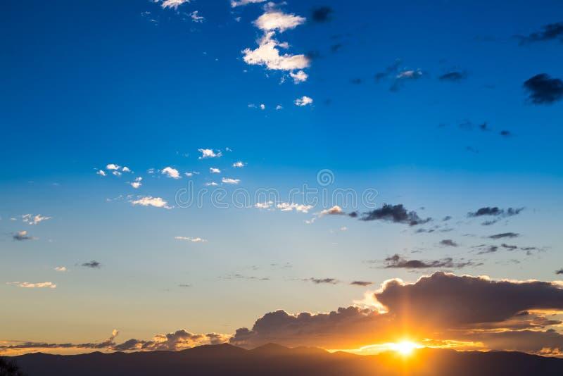 美好的日落的风景看法与蓝天的 免版税库存图片