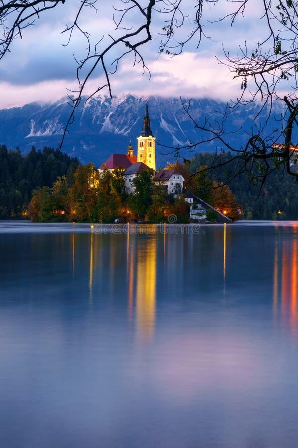 美好的日落秋天的流血的湖 库存图片