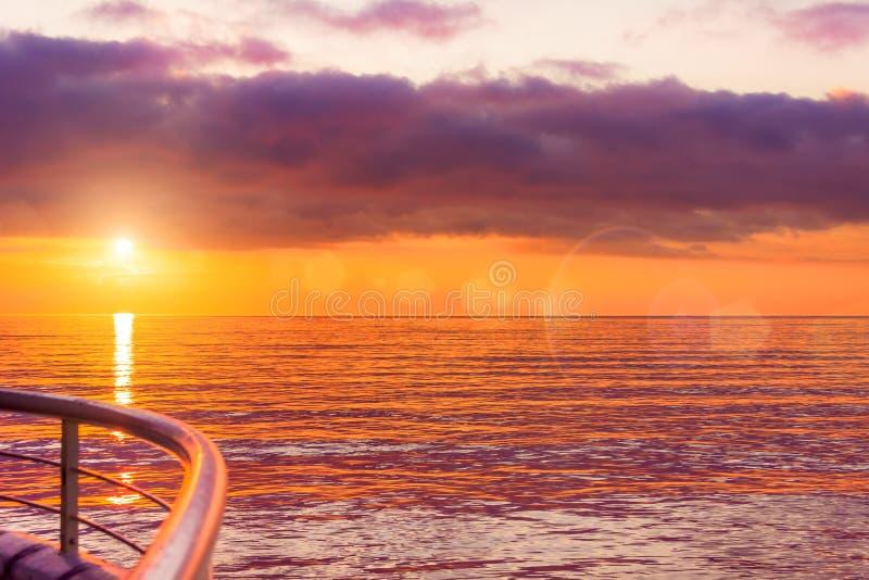 美好的日落风景看法在平衡的时间的在海,水 口岸,落日的温暖的颜色的看法船坞 免版税库存照片