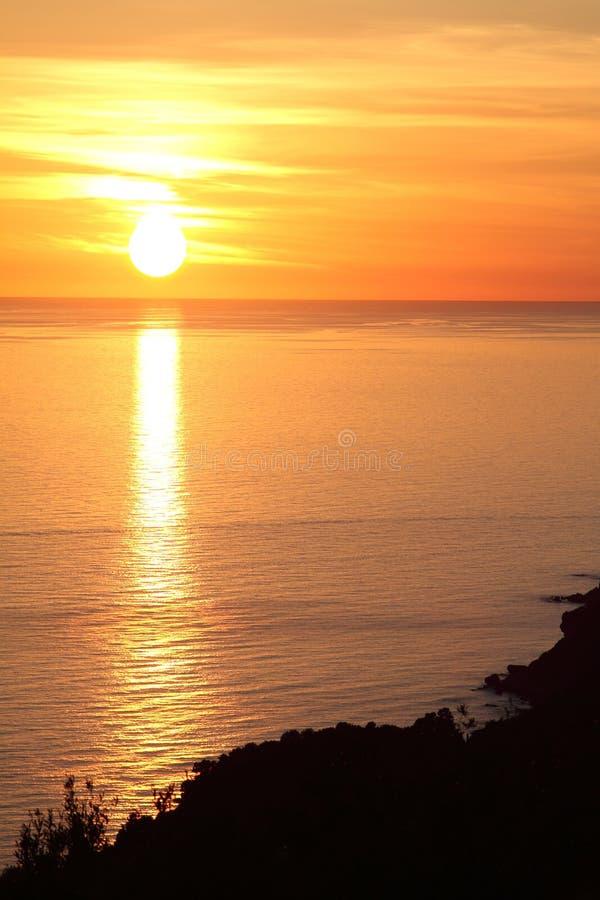 在海之上的美好的日落 免版税图库摄影