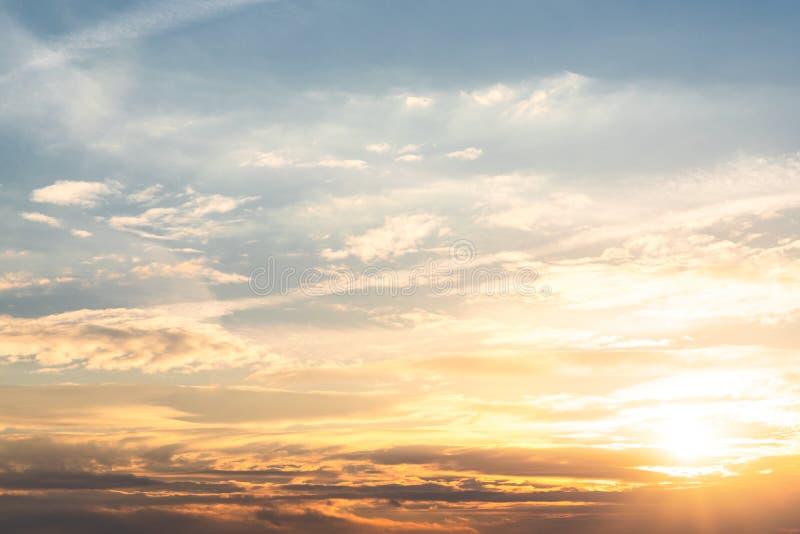 美好的日落,天堂般的风景,在云彩的太阳 免版税图库摄影
