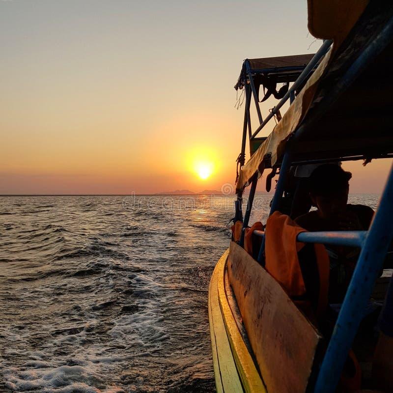 美好的日落,当划船时 免版税库存照片
