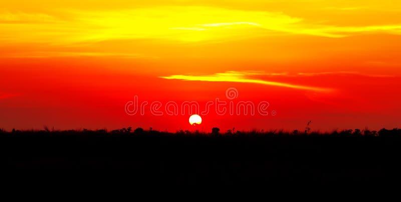 美好的日落,轻的庄严云彩 免版税库存图片