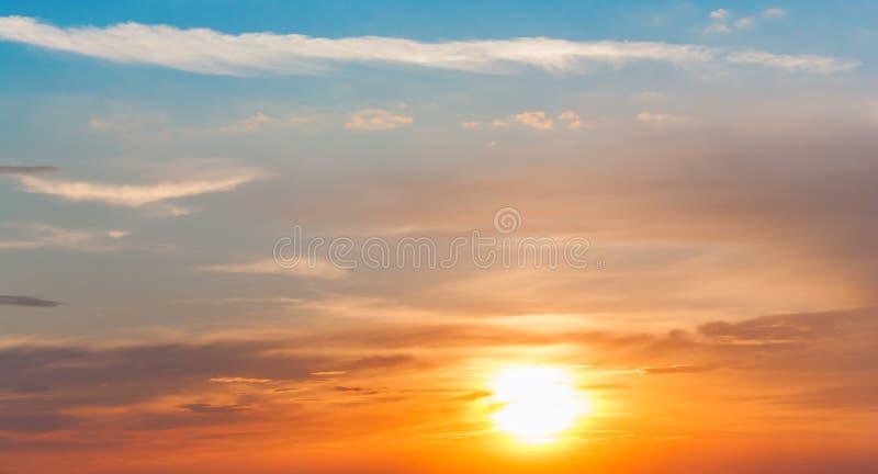 美好的日落,轻的庄严云彩 库存图片