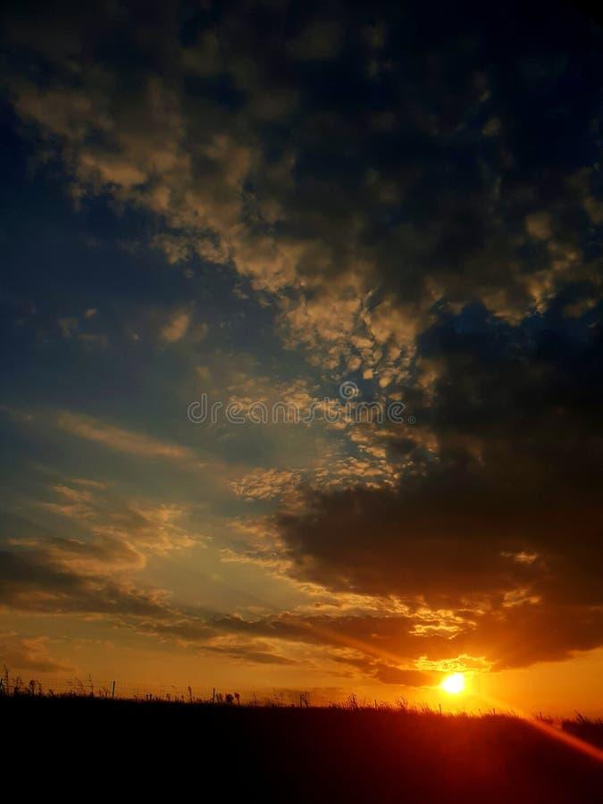 美好的日落-垂直的构成 免版税库存图片