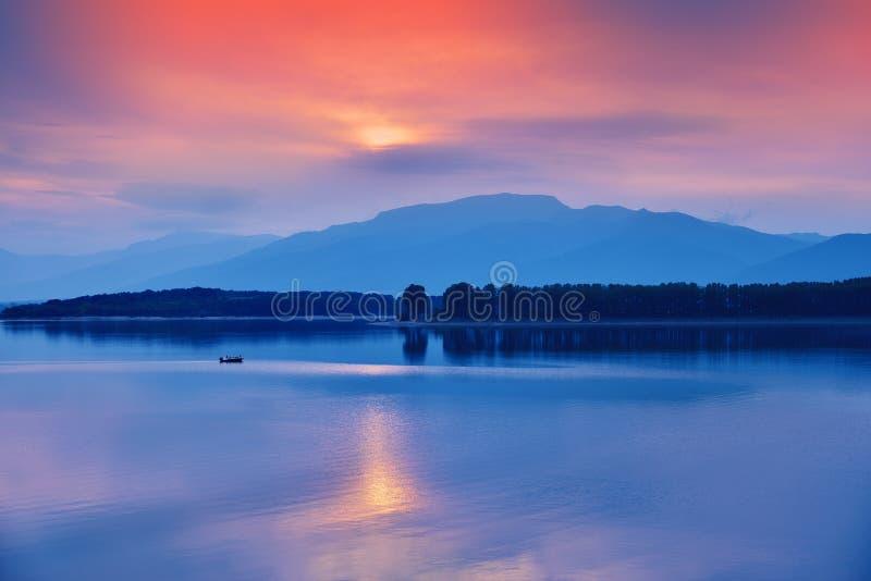 美好的日落 太阳,湖 日落,日出风景,美好的自然全景  天空蔚蓝,令人惊讶的五颜六色的云彩 背景 库存照片