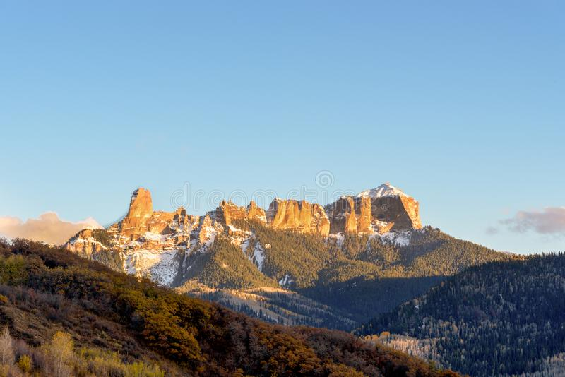 美好的日落scenary在烟囱岩石/法院大楼秋天/autu的 免版税图库摄影