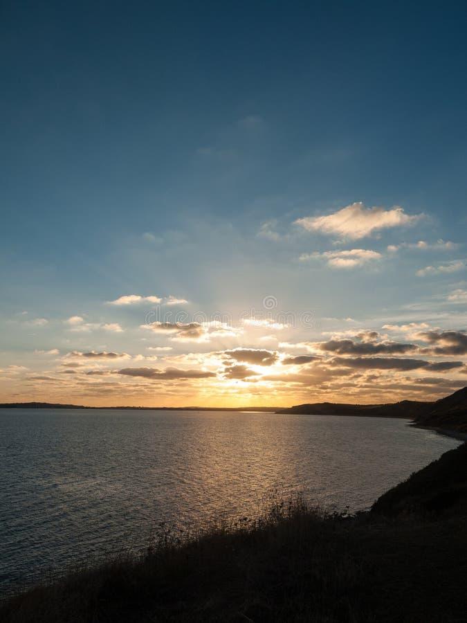 美好的日落weymouth多西特覆盖海洋水海光la 库存图片