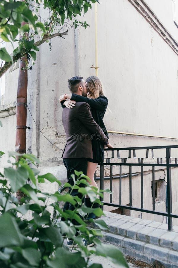 年轻美好的时尚爱恋的夫妇 免版税库存图片