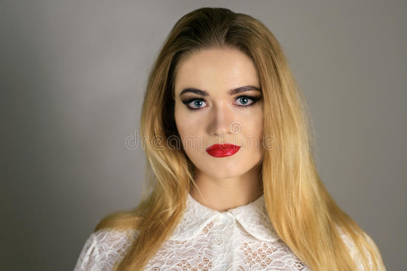 美好的时尚豪华构成,长的睫毛,完善的皮肤脸面护理构成 秀丽白肤金发的式样妇女,蓝眼睛做 免版税库存图片