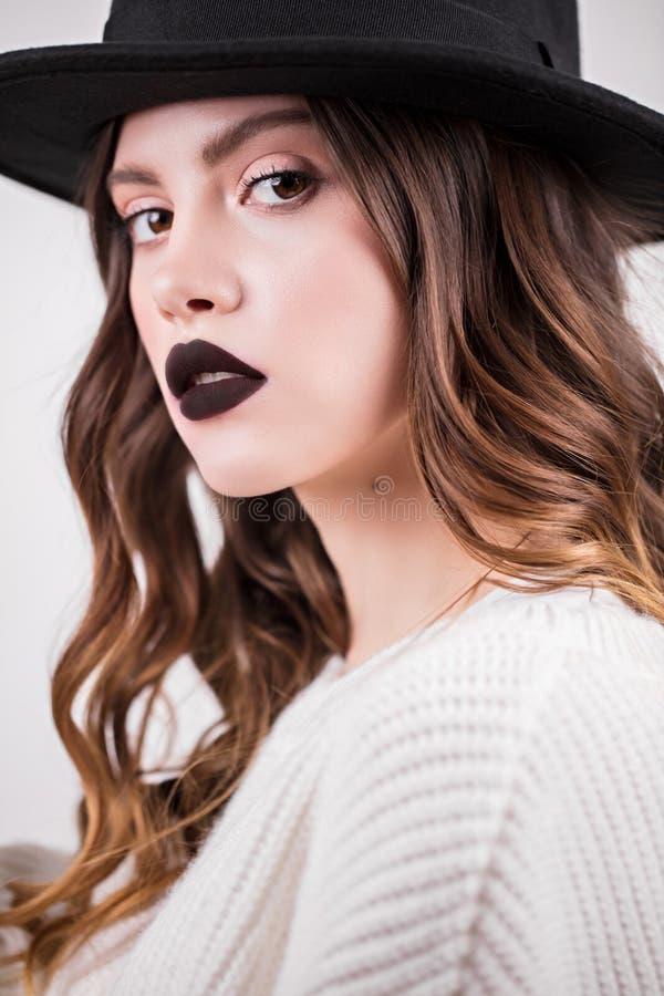 美好的时尚豪华构成,长的睫毛,完善的皮肤脸面护理组成 看照相机的秀丽深色的妇女, 库存图片