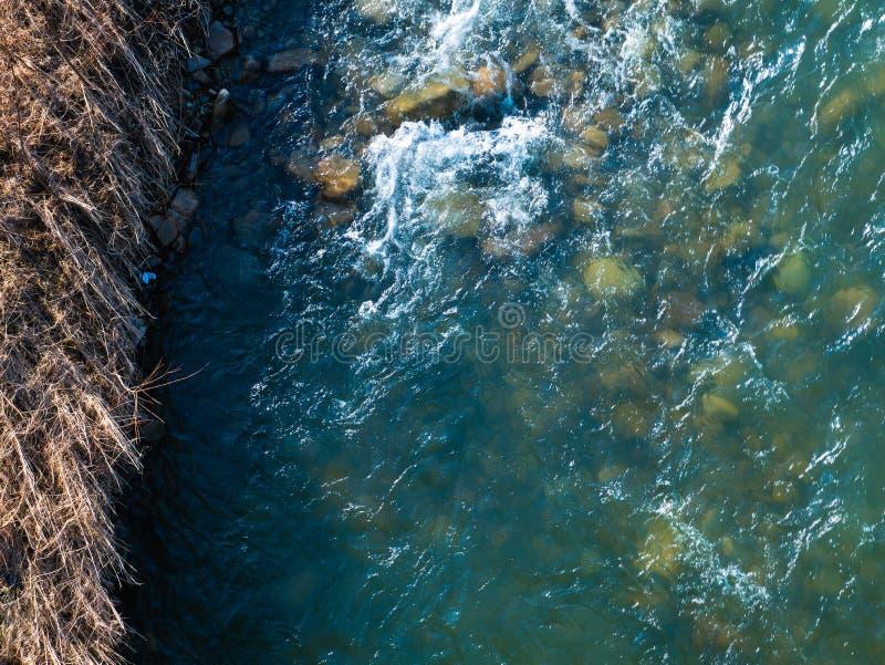 美好的明亮的不同的山风景 山河快速地流经山岩石乌克兰 库存图片