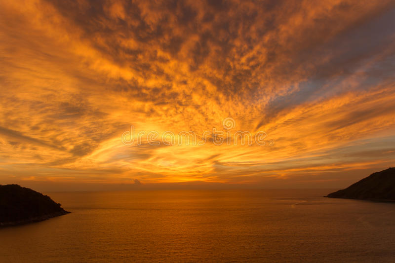 美好的明亮的日落在海洋 免版税库存照片