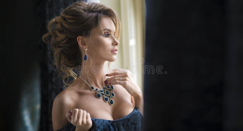美好的明亮的深色的黑暗的方式女孩魅力她的高嘴唇查找构成镜子纵向红色反映性感的表 魅力美好的性感的时髦的白种人少妇模型特写镜头画象与明亮的构成的,与 图库摄影