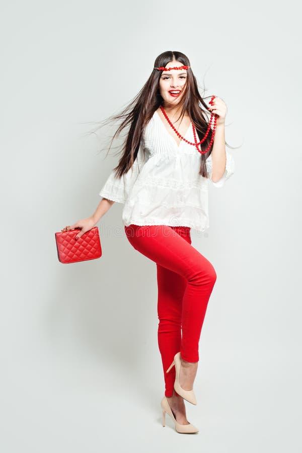 美好的明亮的深色的黑暗的方式女孩魅力她的高嘴唇查找构成镜子纵向红色反映性感的表 魅力时髦的美好的少妇模型 免版税库存图片