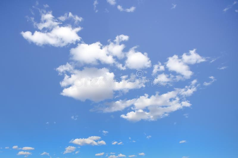 美好的晴天-与松的云彩的蓝天 免版税库存图片
