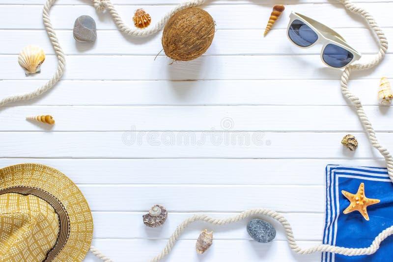 美好的暑假、海滩辅助部件、太阳镜、帽子、绳索和壳在白色木背景 免版税图库摄影