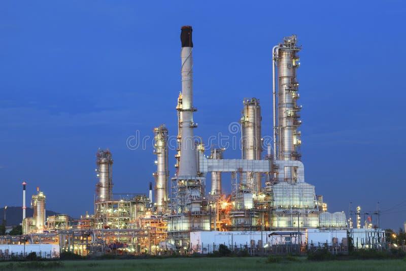 美好的暮色时间在晚上heav的炼油厂植物 免版税库存照片