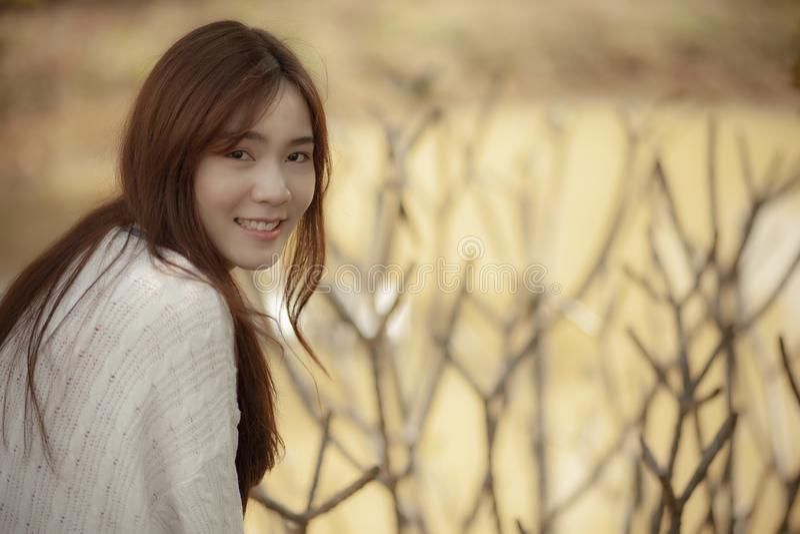 美好的更加年轻的亚洲妇女幸福情感的暴牙的笑容 库存图片