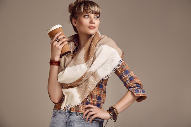 美好的有咖啡杯的魅力白肤金发的嬉皮妇女 免版税库存照片