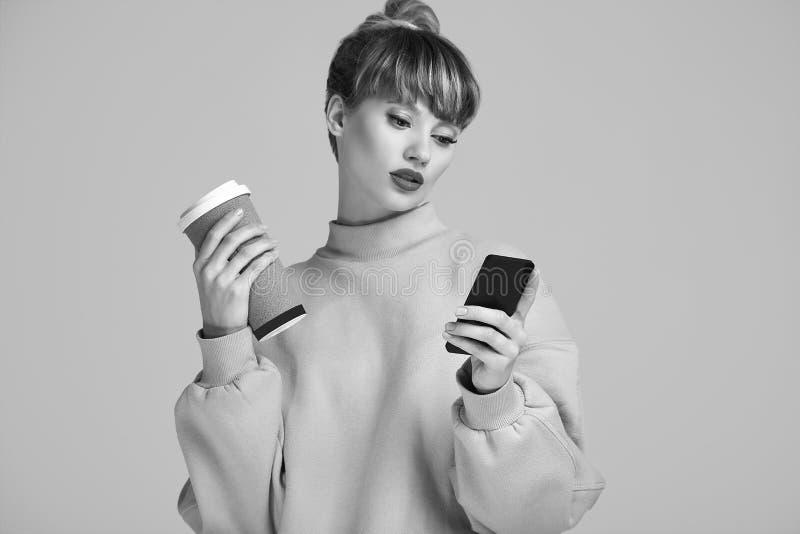 美好的有咖啡的魅力白肤金发的行家妇女和电话 库存图片