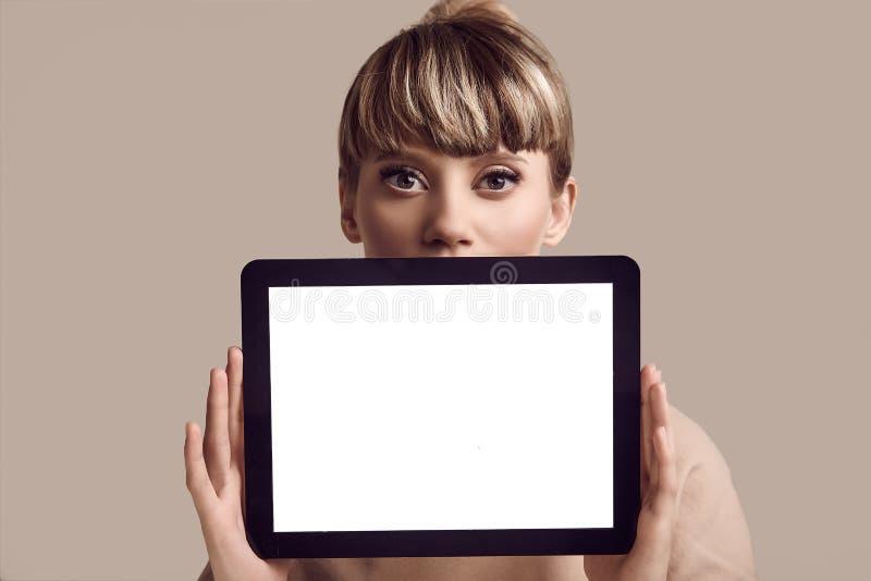 美好的有数字片剂的魅力白肤金发的行家妇女 库存照片