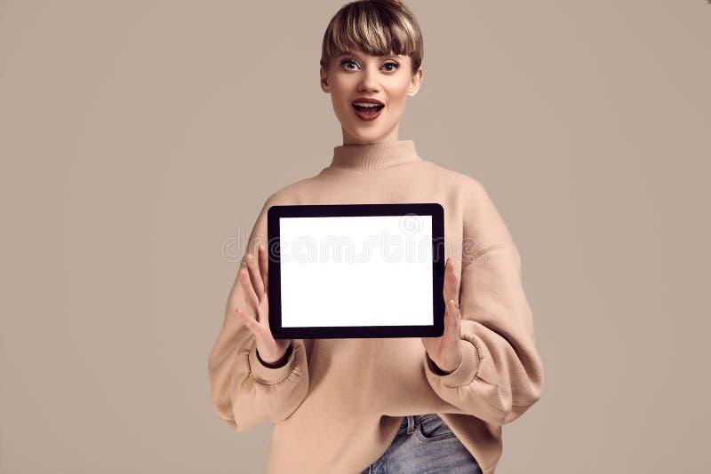 美好的有数字片剂的魅力白肤金发的行家妇女 免版税库存图片