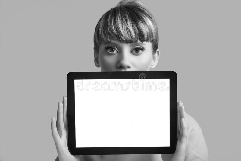 美好的有数字片剂的魅力白肤金发的行家妇女 免版税库存照片