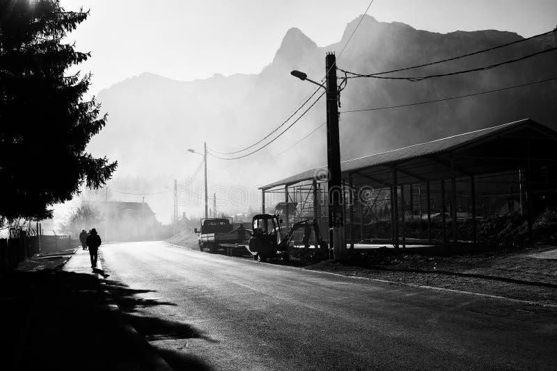 美好的有薄雾的风景在有Caraiman山的在背景中,Prahova谷,罗马尼亚知名的布什泰尼山区度假村 库存照片