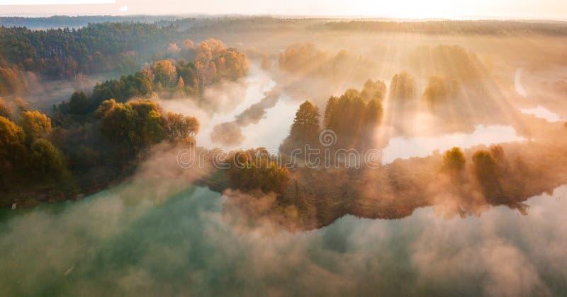 美好的有薄雾的黎明 在云彩上的飞行,鸟瞰图 库存照片