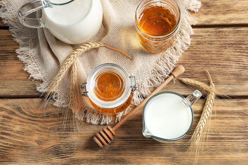 美好的构成用牛奶和蜂蜜 免版税图库摄影