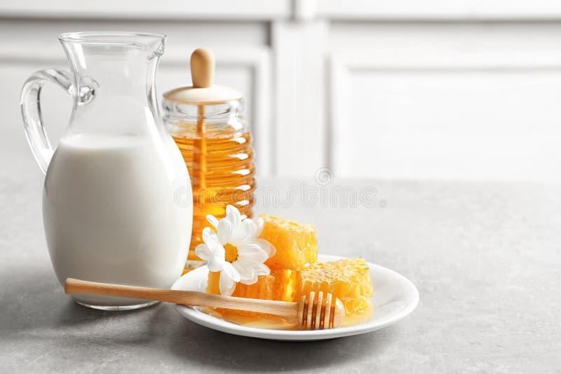 美好的构成用牛奶和蜂蜜 免版税库存照片