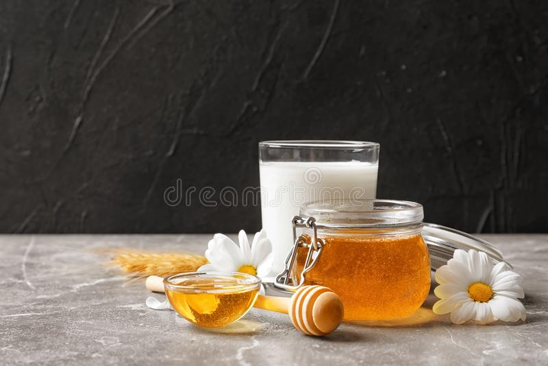 美好的构成用牛奶和蜂蜜 库存照片