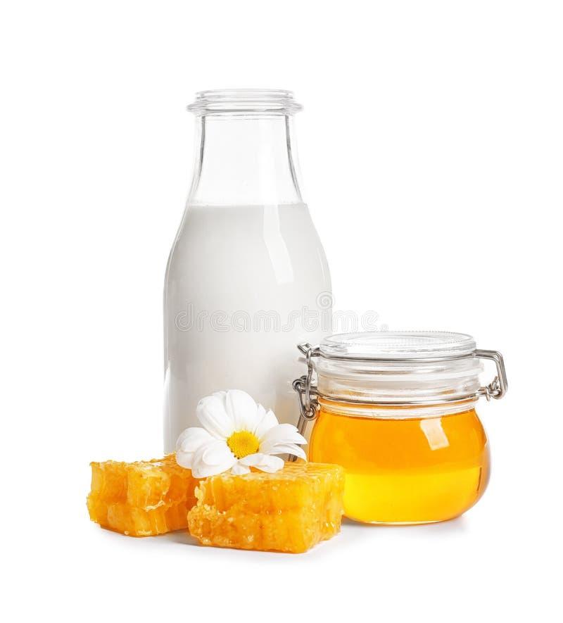 美好的构成用牛奶和蜂蜜 图库摄影