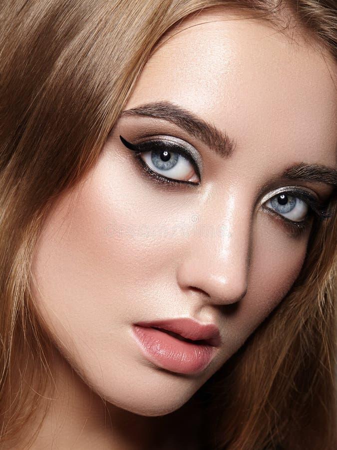 美好的构成职业妇女 庆祝样式眼睛构成,完善的眼眉,发光皮肤 明亮的时尚神色 免版税库存照片
