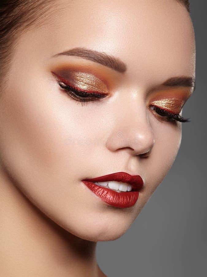 美好的构成职业妇女 庆祝样式眼睛构成,完善的眼眉,发光皮肤 明亮的时尚神色 免版税库存图片